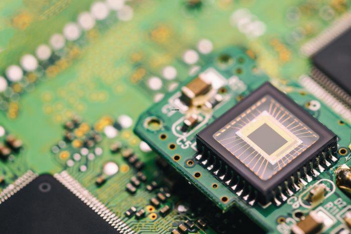 La obsolescencia programada o también llamada obsolescencia planificada es cuando se programa a un producto con el termino o fin de su vida útil
